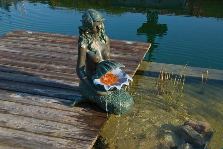 Waterornament oslo is een bronskleurige zeemeermin die naast de vijver geplaatst kan worden.deze ...