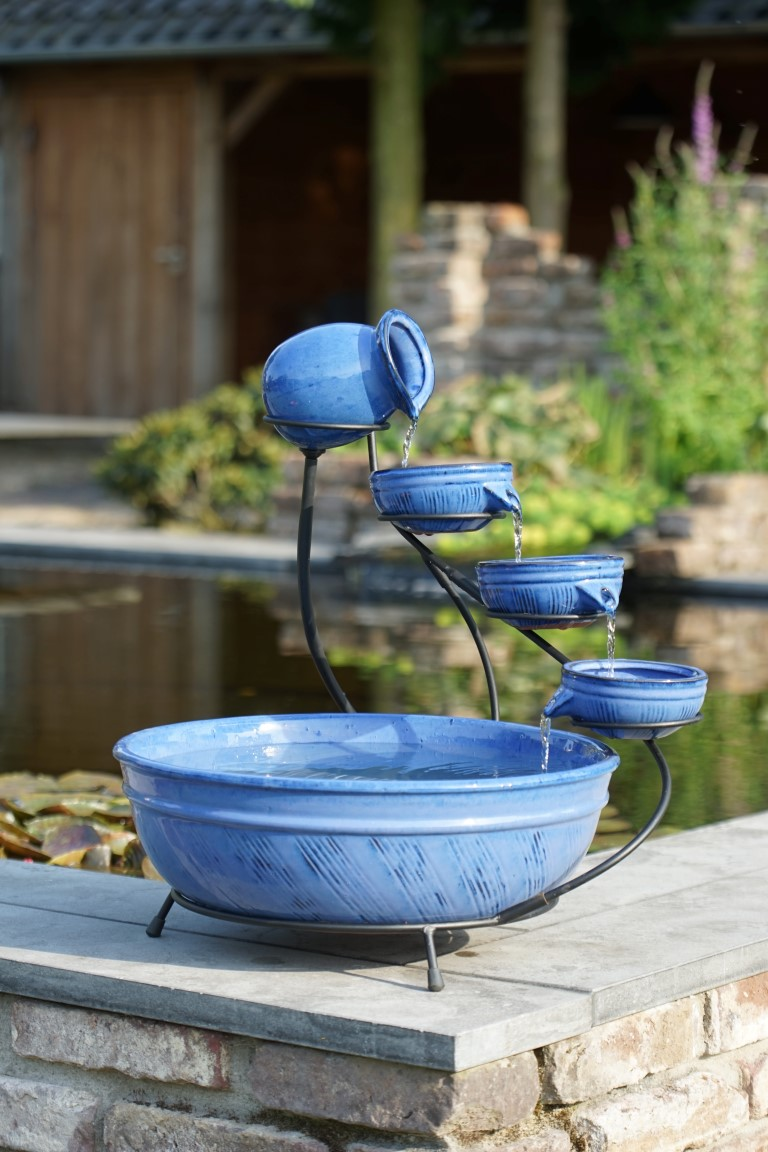 Waterornament keramiek is en decoratief watervalelement voor op het terras, balkon of binnenshuis.de onderste ...